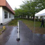 新型コロナワクチン集団接種会場 スロープ施工 段差補正 床材 ポールパーテーション チェーンパーテーション 受付テント